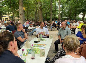 Thomas von Sarnowski am Tisch im Bierkeller mit Mitgliedern von Grünes Bamberg